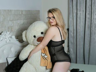 lizziecurt 24 y. o. cam girl loves bangs her shaved pussy with sex toys online