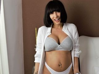sexyass4u89 29 y. o. cam girl loves bangs her shaved pussy with sex toys online